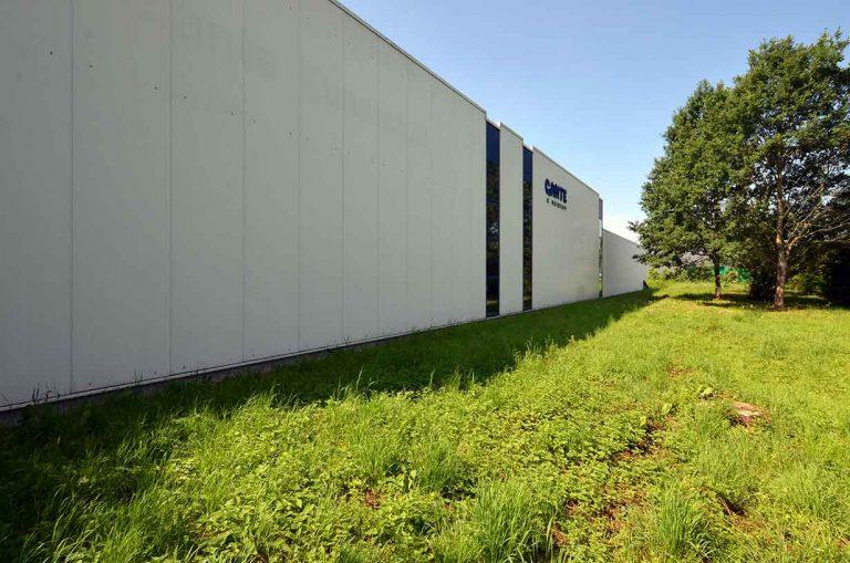 Große Fassade einer Firma nach Fassadenreinigung wieder sauber